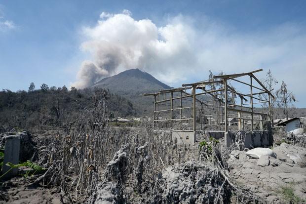 O vulcão Sinabung expele fumaça perto da vila abandonada de Sigarang-garang nesta quarta-feira (5) (Foto: Adek Berry/AFP)