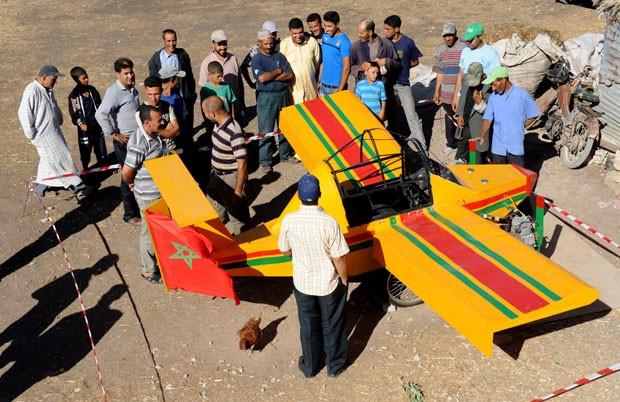 Avião virou atração em Berrechid, perto de Casablanca, em Marrocos. (Foto: Abdelhak Senna/AFP)