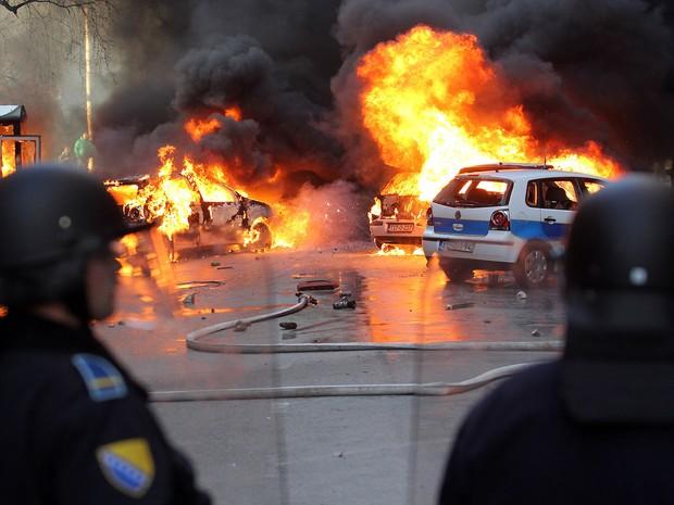 Policiais bósnios tentam conter manifestantes em sua tentativa de invadir edifício do governo em Sarajevo. (Foto: AFP)