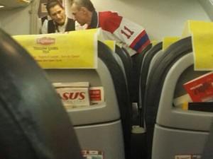 Homem fala com comissários de bordo depois que o avião foi forçado a descer em Istambul. (Foto: Cihan News Agency/AFP)