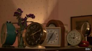 Na entrada encontramos vários relógios que são usados para marcar a hora exata da chegada (Foto: Reprodução/BBC)