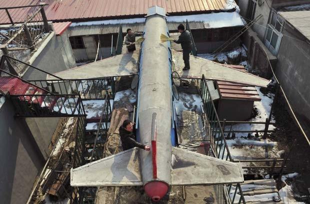 Li Jingchun, um fazendeiro de 58 anos, construiu um avião em sua casa em Xiahe, na província chinesa de Liaoning. A aeronave foi fotografada em fevereiro deste ano. (Foto: Sheng Li/Reuters)