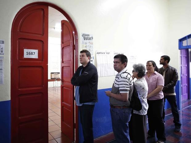 Pessoas fazem fila para votar durante as eleições presidenciais em San Jose, capital da costa Rica, neste domingo (2) (Foto: Juan Carlos Ulate/Reuters)