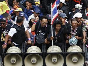 Líderes dos manifestantyes tailandeses coordenam marcha por Bangcoc nesta segunda-feira (3) (Foto: Damir Sagolj/Reuters)