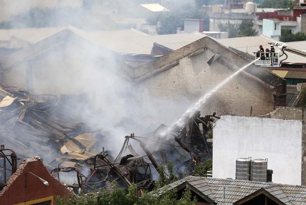 Equipes de emergência tentam apagar fogo em depósito em Buenos Aires. Sete bombeiros e dois integrantes da Defesa Civil morreram no combate às chamas nesta quarta-feira (5) (Foto: Enrique Marcarian/Reuters)