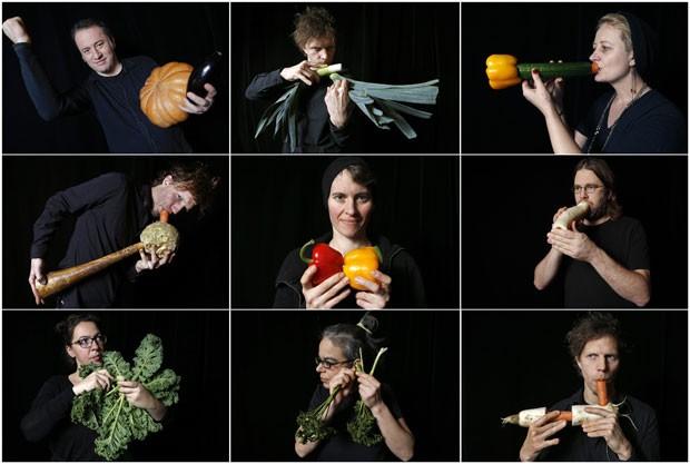 Orquestra usou instrumentos feitos com diferentes vegetais, como cenoura e alho-poró (Foto: Vincent Kessler/Reuters)