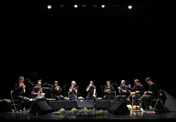 Grupo de músicos tocou instrumentos feitos com vegetais (Foto: Vincent Kessler/Reuters)
