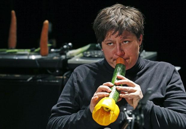 Instrumentos são feitos com alimentos frescos antes de cada apresentação (Foto: Vincent Kessler/Reuters)
