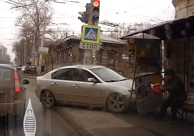 Carro saiu da pista e foi em direção a ponto de ônibus (Foto: YouTube/Reprodução/Fibonaccidima)