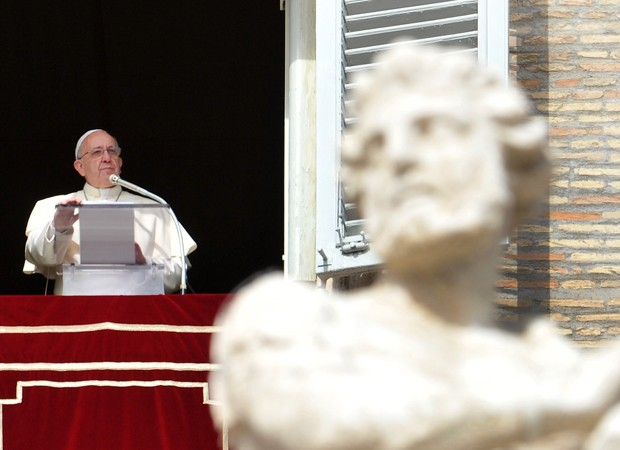 Papa fez perguntas durante a reza do Angelus, no Vaticano, neste domingo (9) (Foto: Tiziana Fabi/AFP)
