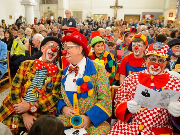 Palhaços participam de missa anual em memória do célebre palhaço Joseph Grimaldi, em Londres, neste domingo (2) (Foto: Dominic Lipinski/AP)