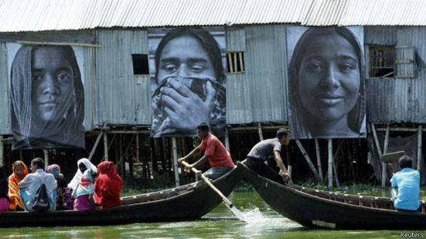 Falta de oportunidades econômicas também forçam bengalis a deixar o país (Foto: Reuters)