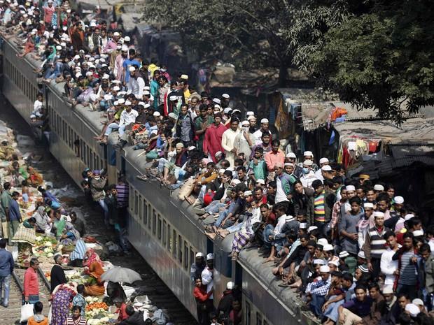 Multidão se aglomera em cima de trem em Bangladesh (Foto: Andrew Biraj/Reuters)