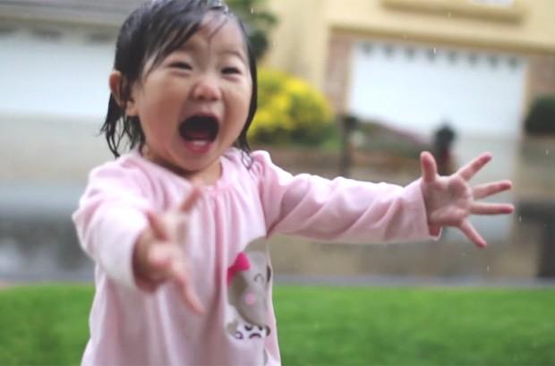 A pequena Kayden ficou encantada com seu primeiro banho de chuva nos EUA (Foto: Reprodução/Vimeo/Nicole Byon)