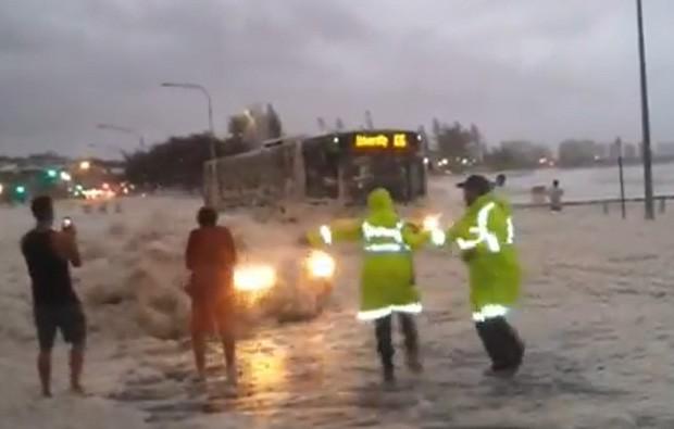 Veículo surgiu em meio a espuma e quase atingiu policiais australianos (Foto: Reprodução)