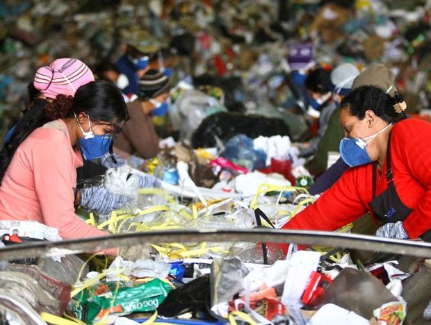 Trabalhadores separam lixo em cooperativa de reciclagem que fica no bairro de São Mateus, Zona Leste de São Paulo (Foto: Hélvio Romero/Estadão Conteúdo)