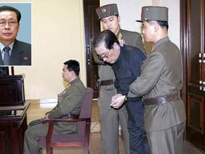 Foto publicada no jornal norte-coreano 'Rodong Sinmun' e divulgada nesta sexta-feira (13) pela agência de notícia sul-coreana Yonhap mostra Jang Song-thaek na quinta (12), antes de ser executado (Foto: Reuters/Yonhap; Reuters/KCNA)