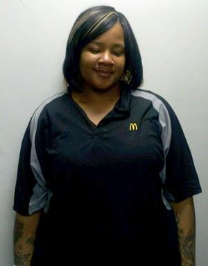 ShanTia Dennis usava código para colocar drogas em lanche de clientes em drive thru de restaurante fast food nos EUA (Foto: Allegheny County District Attorney's Office/AP)