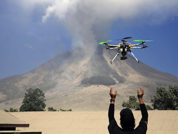 Pesquisador solta drone distrito de Karo Sibintun nesta terça-feira (4) para monitorar a atividade do vulcão Monte Sinabung, que entrou em erupção no sábado (1º) e matou 11 pessoas. (Foto: Beawiharta/Reuters)