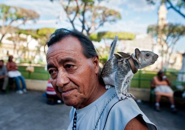 De coleira, o esquilo 'Colita' foi flagrado no ombro de seu dono em El Salvador (Foto: Jose Cabezas/AFP)