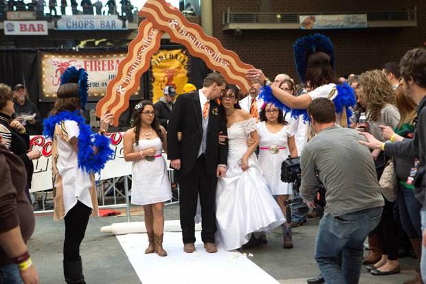 Casal aproveitou temática do festival para fazer cerimônia com bastante bacon (Foto: The Des Moines Register, Scott Morgan/AP)