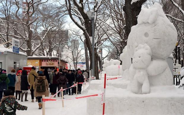 Imagem da personagem 'Hello Kitty' é mostrada durante festival de neve em Saporo, no Japão (Foto: Toshifumi Kitamura/AFP)
