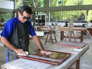 """""""É como uma cirurgia na madeira"""", diz marceneiro sobre fabricação dos móveis (Foto: Jamile Aves/G1 AM)"""