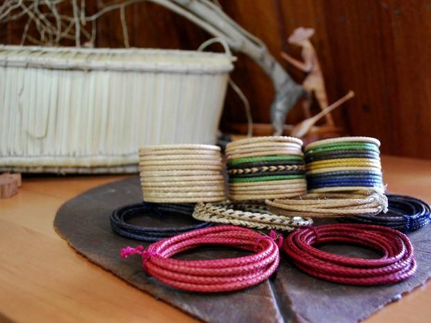 fibras e fios de árvores são trançados também por indígenas (Foto: Jamile Alves/G1 AM)