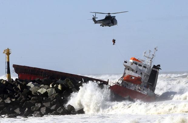 Helicóptero militar resgata pessoa de barco que se partiu em dois após acidente em Anglet, na França, nesta quarta-feira (5) (Foto: Bob Edme/AP)