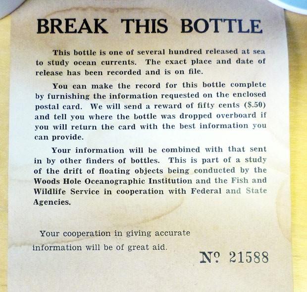 Texto da carta explica que a garrafa é uma das muitas milhares liberadas no mar para estudar as correntes marítimas e orienta quem encontrá-la a enviar informações sobre local e horário em que foi encontrada, mediante uma recompensa de 50 centavos de dólar. (Foto: AP Photo/Warren N. Joyce)