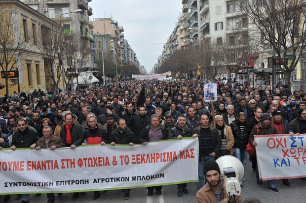 Fazendeiros protestaram na Tessalônica contra a alta dos impostos neste sábado (1) (Foto: Sakis Mitrolidis/AFP)