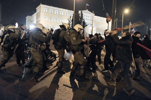 Polícia contém manifestantes antifaciscmo em protesto realizado no centro de Atenas. (Foto: Louisa Gouliamaki/AFP)