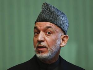 Hamid Karzai fala durante uma conferência em Cabul, neste sábado (25) (Foto: Reuters/Mohammad Ismail)