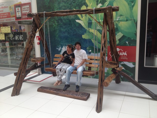 Casal em balanço feito com troncos de árvores exposto em Macapá (Foto: John Pacheco/G1)