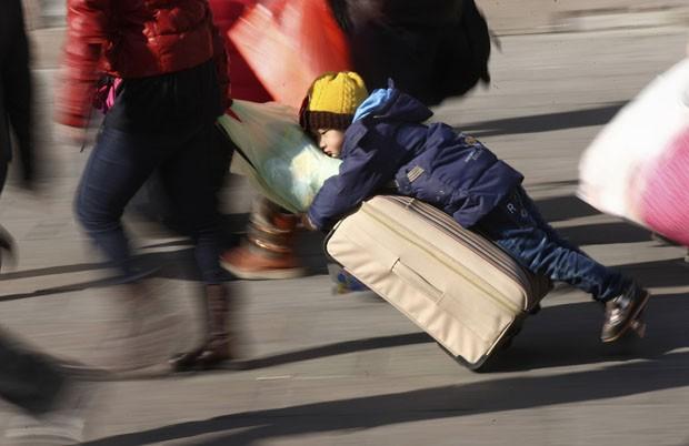 Garoto 'pegou carona' em mala enquanto era arrastado por estação de trem na China (Foto: China Daily/Reuters)