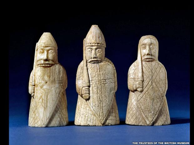 O Museu Britânico, em Londres, vai sediar, a partir de março, sua primeira grande exposição sobre os vikings em mais de 30 anos. Entre os objetos expostos estão estas peças de xadrez que datam do fim do século 12. (Foto: BBC)