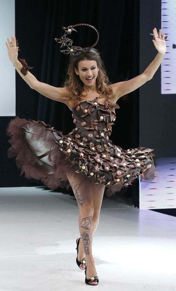 Apresentadora Marie-Ange Casalta desfila com vestido feito de chocolate (Foto: Jacques Brinon/AP)