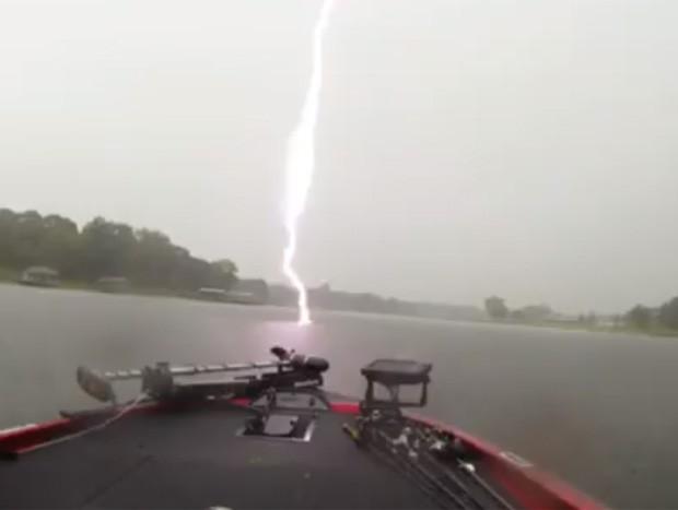 Jovem ficou 'cara a cara' com raio durante pescaria em lago no Texas (Foto: Reprodução/Facebook/Tucker Owings)