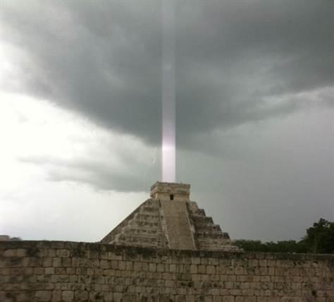 Pirâmides estariam emitindo luzes em direção ao céu! Verdadeiro ou falso? (foto: Reprodução/Facebook)