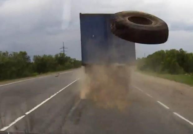 Russo conseguiu escapar por pouco de acidente grave, ao desviar de roda voadora (Foto: Reprodução/YouTube/GhestArhandelska)