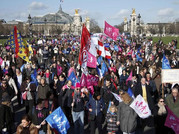 Pessoas levam bandeiras rosas, azuis e brancas durante protesto contra o casamento gay neste domingo (2) (Foto: Benoit Tessier/Reuters)