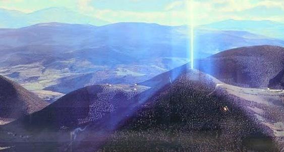Pirâmide emitindo raio de luz! (Reprodução/Facebook)