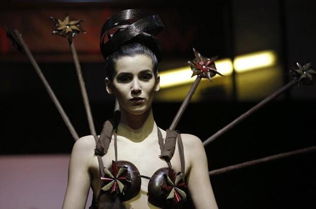 Modelo desfila com roupa feita de chocolate durante evento na Bélgica (Foto: Francois LenoirAP)