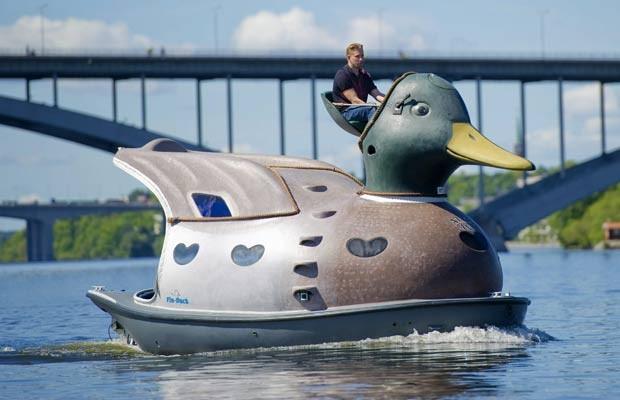 Construtor naval sueco Christian Bohlin criou um barco no formato de um pato. (Foto: Fredrik Sandberg/Scanpix/AP)