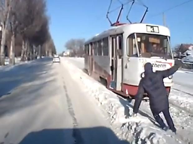 Homem escapou por pouco e quase foi atropelado por bonde ao escorregar durante travessia na Rússia (Foto: Reprodução/YouTube/lelbai)