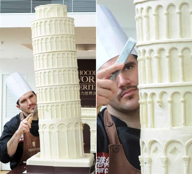 Italiano Mirco Della trabalha em sua réplica da Torre de Pizza feita de chocolate. (Foto: Mike Clarke/AFP)