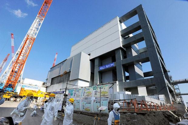 Estrutura montada nos arredores do reator 4 para auxiliar na retirada dos elementos combustíveis que estão no interior do prédio (Foto: Kyodo/Reuters)
