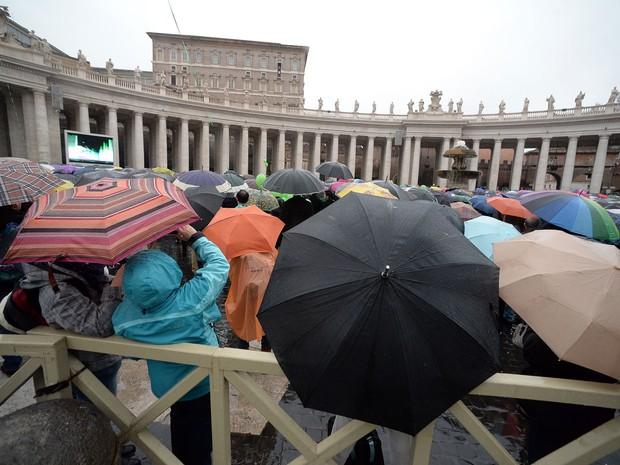 Milhares de pessoas reunidas sob chuva na praça de São Pedro para bênção neste domingo (2) (Foto: Filippo Monteforte/AFP)