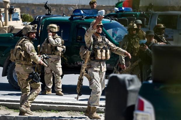 Forças de segurança afegãs seguem para local de ataque a comissão eleitoral (Foto: Roberto Schimidt/AFP)