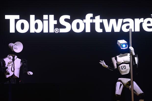 DJ robô toca as músicas para apresentação do pole dance robótico (Foto: John MacDougall/AFP)